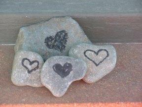 DSCN8000 Heart rocks